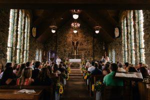 พิธีสวดคำอธิษฐานศพภายในโบสถ์