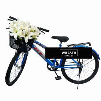 พวงหรีดจักรยานตกแต่งตะกร้าหน้าด้วยดอกไม้ประดิษฐ์โทนสีขาว