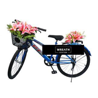 พวงหรีดจักรยานประดับด้วยดอกลิลลี่