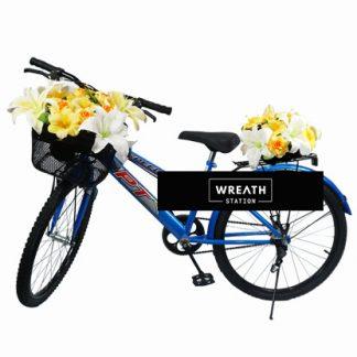 พวงหรีดจักรยานตกแต่งตะกร้าหน้าและเบาะหลังด้วยดอกไม้ประดิษฐ์โทนสีขาว-เหลือง