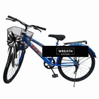 พวงหรีดจักรยานสีน้ำเงินปรกอบด้วยโบว์สีดำเงิน