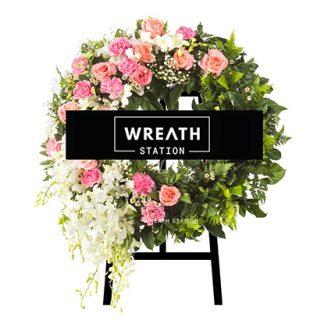 พวงหรีดโทนสีชมพู เด่นสง่าด้วยดอกกุหลาบสีชมพูและโอลด์โรส