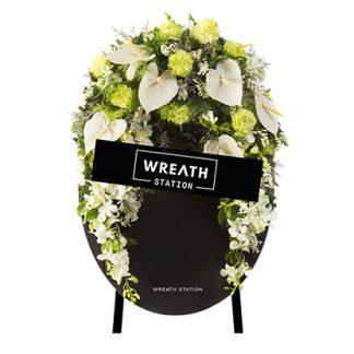 พวงหรีดกระดานพระจันทร์เสี้ยว ที่มาพร้อมดอกไม้สดโทนสีขาว แฝงความสงบ ร่มเย็น เพื่อภพภูมิที่ดีของดวงวิญญาณ