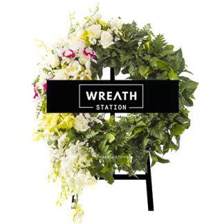 พวงหรีดดอกไม้สด โทนสะอาดตา ประกอบด้วยดอกไม้นานาชนิด จากหรีดสเตชั่น