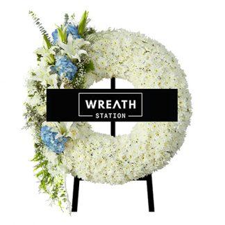 พวงหรีดดอกไม้สด ประดับด้วยดอกไฮเดรนเยียสีฟ้า จากหรีดสเตชั่น