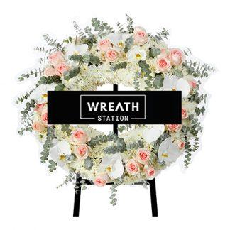 พวงหรีดทรงกลม เรียงร้อยความหวานด้วยด้วยดอกกุหลาบสีชมพู ใบยูคา และดอกมัม
