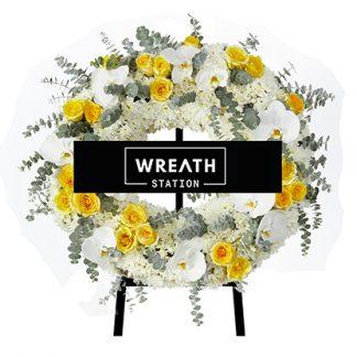 พวงหรีดดอกไม้ทรงกลม ที่ให้ความรู้สึกอบอุ่นด้วยกุหลาบสีเหลือง จากหรีดสเตชั่น