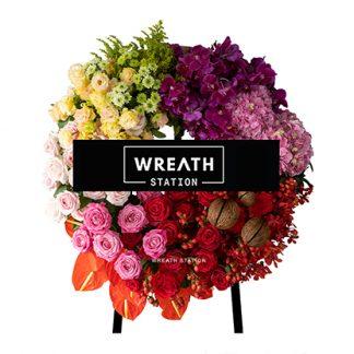 พวงหรีดดอกไม้สดทรงกลม รายล้อมไปด้วยดอกไม้คุณภาพพรีเมียมจากหรีดสเตชั่น