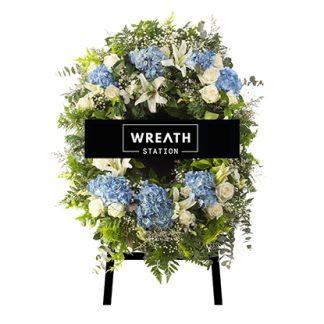 พวงหรีดดอกไม้โทนสีฟ้า ประดับด้วยดอกไฮเดรนเยียสีฟ้า ช่วยคลายความเศร้าให้แก่คนในงานได้ในเวลาเดียวกัน