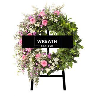 พวงหรีดดอกไม้สด โทนชมพู จัดแต่งด้วยดอกกุหลาบชมพู ดอกมากาเร็ตสีม่วง จากหรีดสเตชั่น