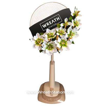 พวงหรีดพัดลม ประดับด้วยดอกสแว๊กสีขาว